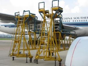 777发动机工作梯使用现场